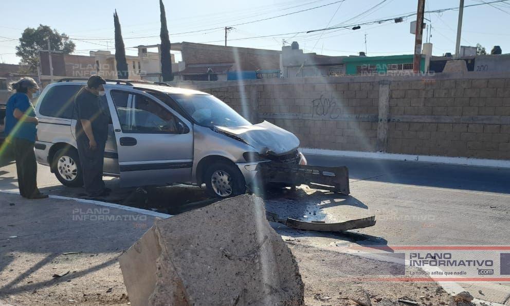 Camioneta choca contra un poste en el Río Santiago